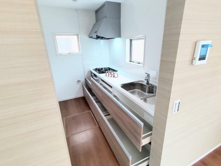 キッチン スライド式で出し入れ楽々、使いやすさを追求したシステムキッチンです