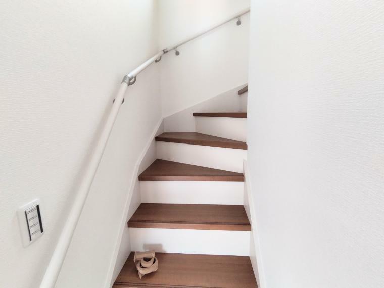階段は手すり付きなので小さなお子様やおじいちゃんおばあちゃんも安心ですね