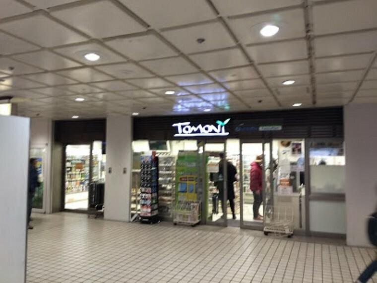 コンビニ 【コンビニエンスストア】ファミリーマート トモニー西武新宿駅店まで523m