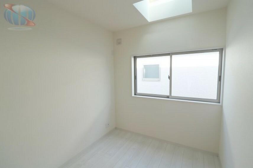 洋室 天窓からの光で明るい部屋に