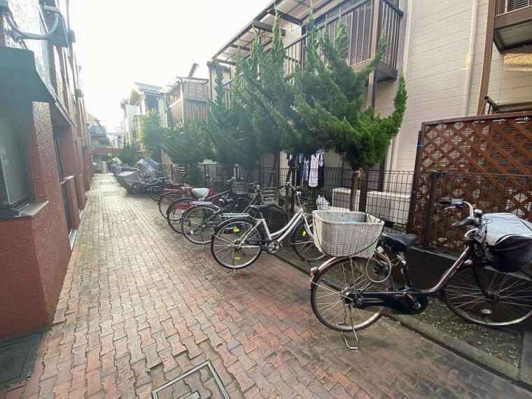 現況写真 ●駐輪場●お子さまの送迎や日常のお買物など、何かと自転車での移動が多いご家庭にも、無料の駐輪スペースが確保されているのは嬉しいポイントですね。