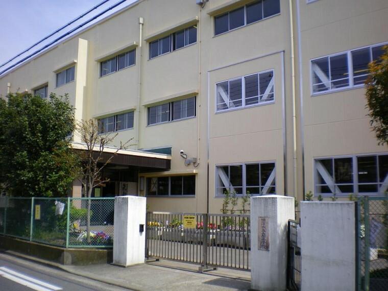 小学校 横浜市立矢向小学校(●昭和18年創立。生徒数約970名の伝統ある小学校です。「わたしが、みんながかがやく矢向の森」。個性や能力、願いや思いなどお互いの人権を尊重し、また地域の一員としての成長を育みます●)