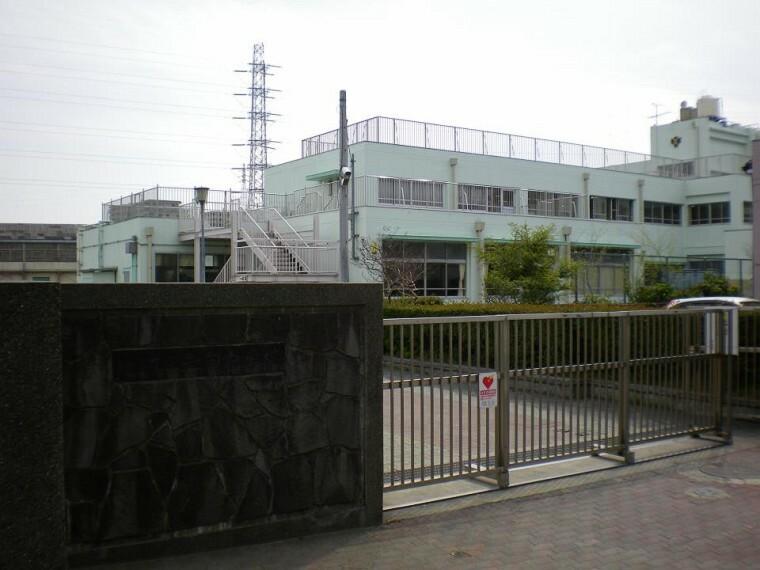 中学校 横浜市立矢向中学校(●昭和37年に創立された生徒数約780名の中学校。『 自立し 貢献できる人 』を教育目標に掲げ、勉学に、部活動にと日々励んでいます●)