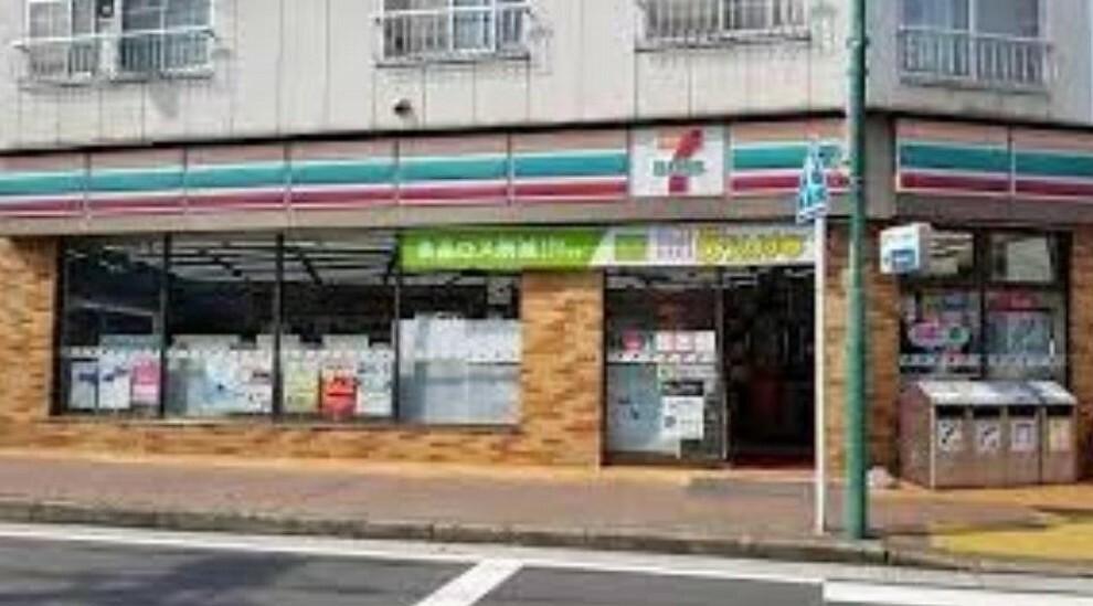 コンビニ セブンイレブン横浜矢向店(●いつでも気軽に立ち寄れる便利なコンビニ。宅配サービスや公共料金の支払いもでき便利です。徒歩圏内にたくさん点在しており、暮らしやすい環境が整うエリアです●)
