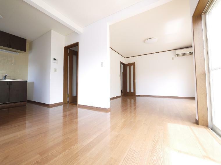 リビングダイニング 明るい陽差しが降り注ぐLDなど、ゆとりあふれる室内空間が心地よい暮らしを実現
