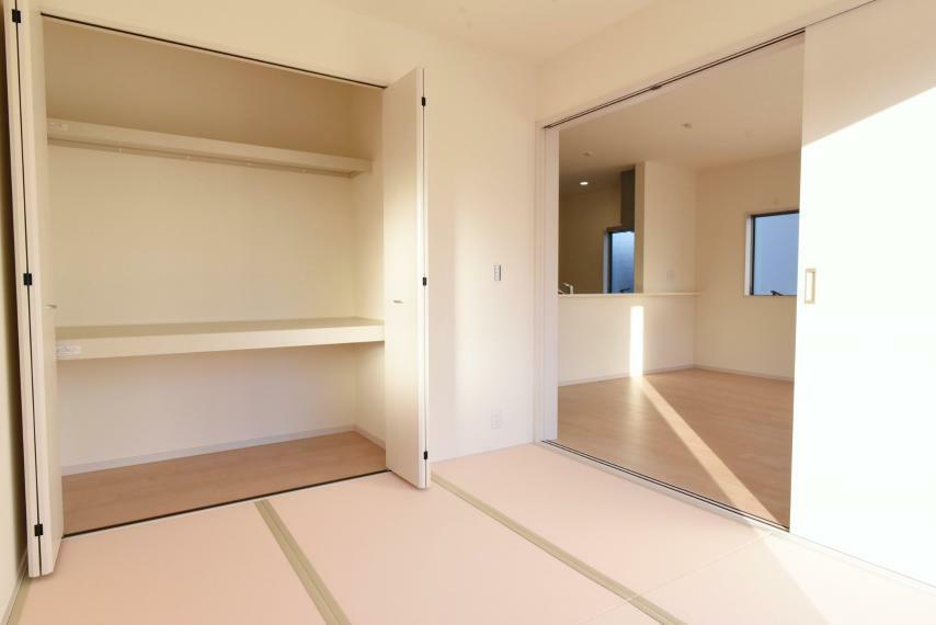 和室 多目的にご利用できる洋風和室はリビングと開け放して、開放的に利用するのもいいですね。