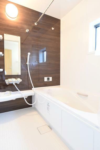 浴室 一日の疲れを癒してくれる、ゆったりとした広さの浴室。