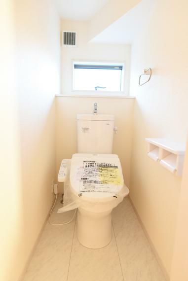 トイレ 窓を備え明るく清潔感のあるお手洗い。暖房&洗浄機能付き便座。