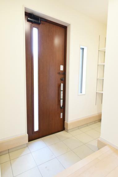 玄関 ウオークスルータイプのシューズクロークで家族用とお客様用の玄関を分けることもできます。