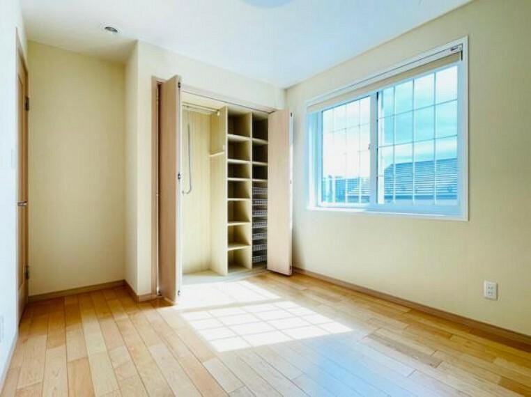 洋室 【洋室】各部屋にクローゼットが付いているので整理整頓も安心。空間を有効に広く使うことができますね。