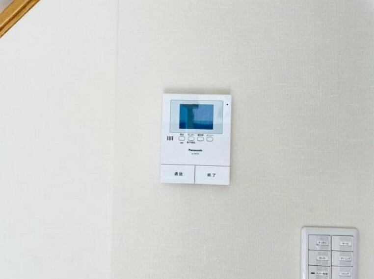 TVモニター付きインターフォン 訪問者がひと目でわかるモニター付きインターホンを標準装備。お子さまのお留守番にも安心です。