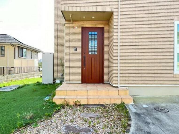 防犯設備 玄関ドアはピッキング対策に優れる2ロック式。家族を守るためのセキュリティ対策も安心です。