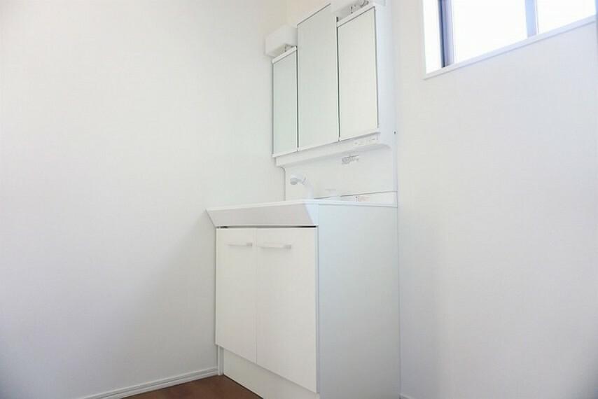 洗面化粧台 「同仕様写真」収納が隠れて使いやすい、シャワー付き三面鏡洗面ドレッサーです^^化粧品などもすっきり整理整頓できますよ^^