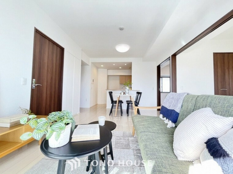 居間・リビング 広々としたLDKは、家具のレイアウトも自由自在なので、ご家族の理想のスペースが作り上げられます。素敵なインテリアに囲まれた、自分好みの空間を。