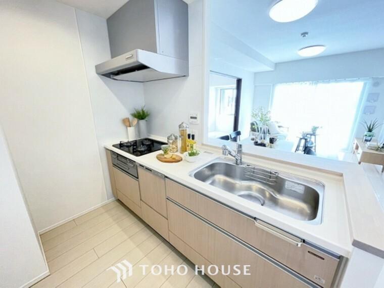 キッチン 料理が効率的に捗る「3口コンロ」、家事時短に最適な「食洗器」、お手入れのしやすい「レンジフード」を完備したキッチンです。