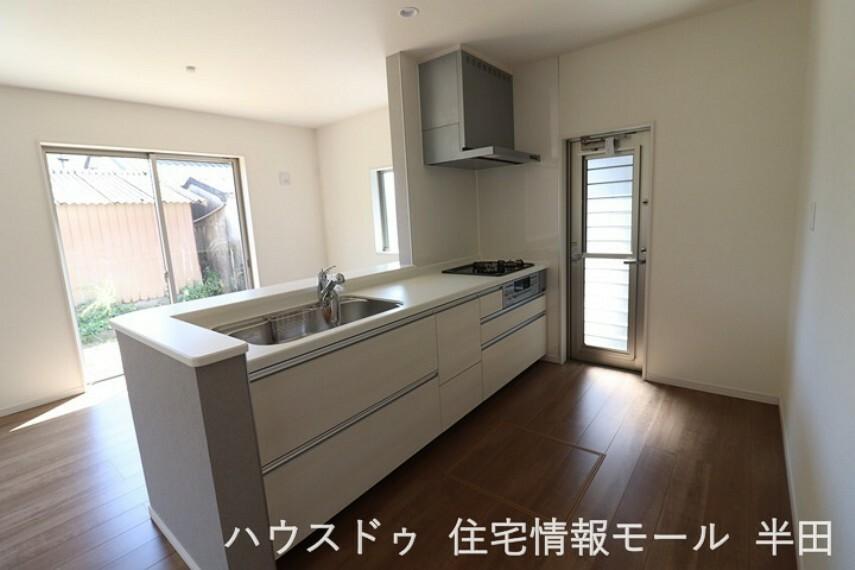 キッチン ダイニングを見渡せるカウンターキッチン。 洗面室とキッチンが直結する便利な間取り。料理をしながら洗濯など家事への負担も軽減されますね。
