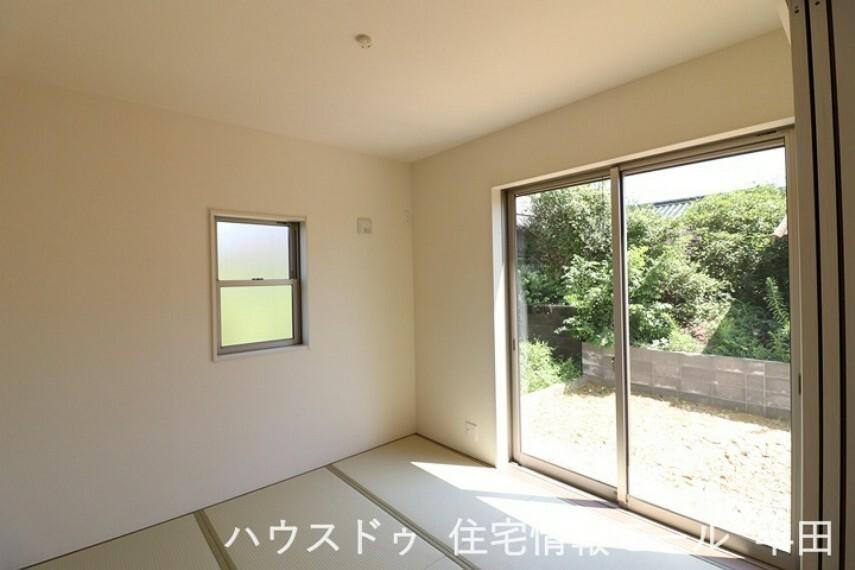 和室 床が畳で、壁・天井は和風テイストのクロス貼りの「洋和室」