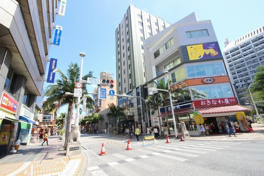 周辺の街並み 国際通り 入口 県庁前側