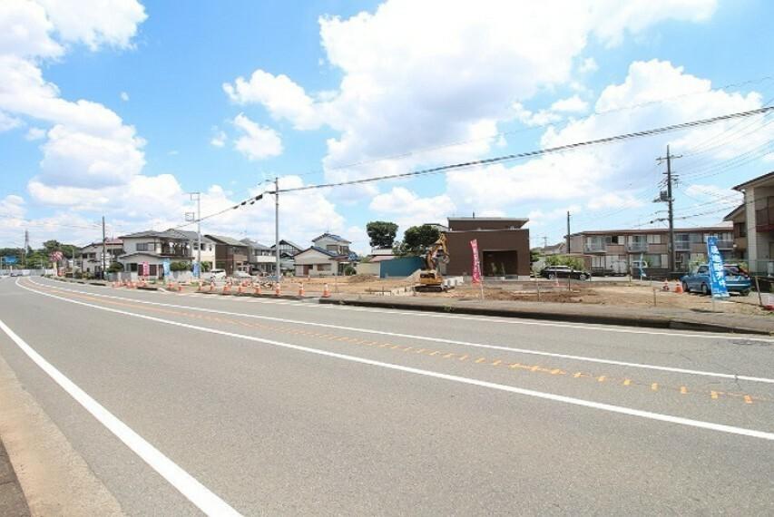 現況外観写真 前面道路も広く、開放感がございます。
