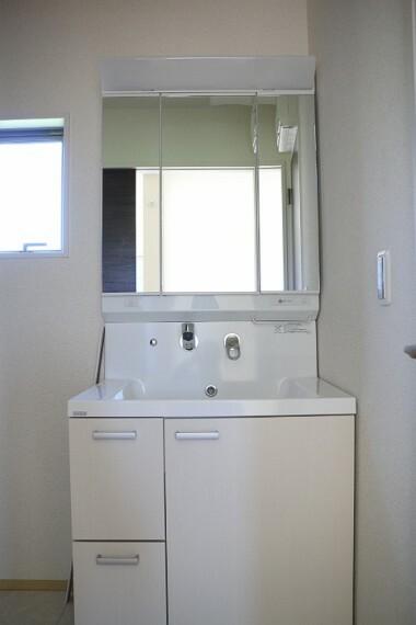 同仕様写真(内観) ●同施工会社施工例●暮らしを快適に変える、シャワー付き洗面化粧台