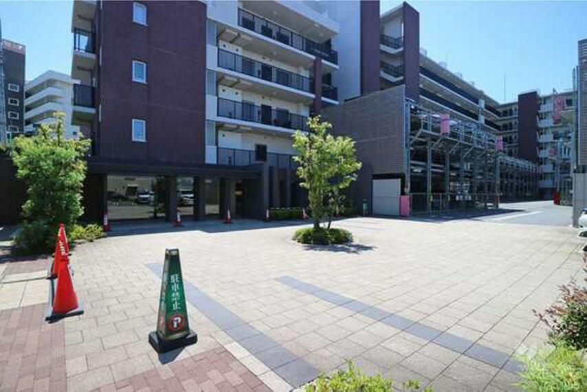 エントランスホール エントランスには、来客者用駐車スペースがございます。