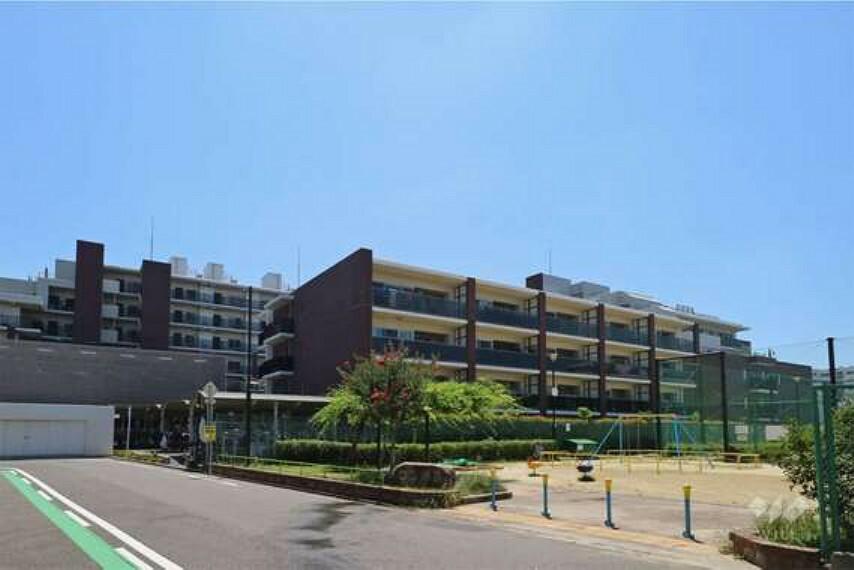 外観写真 周辺は閑静な住宅街。マンション敷地のすぐ西側に「振甫公園」があります。