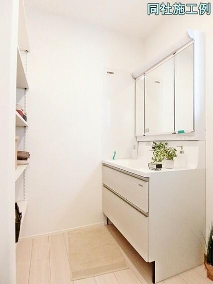 洗面化粧台 お手入れがしやすい一体型ボウル。フラット部分にはハンドソープや小物を置くことができ機能的です