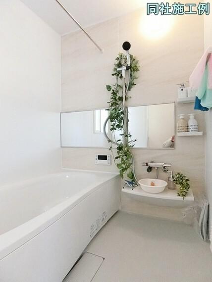 浴室 ベンチ付き浴槽は全身浴だけでなく、半身浴も気軽に楽しめます。また、ベンチ部分が満水量を削減し節約にも効果を発揮します。