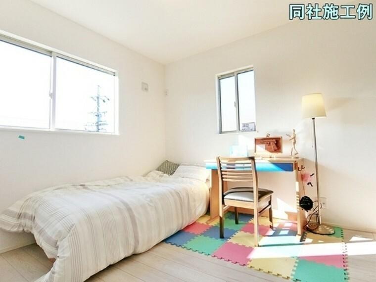 洋室 2面採光の明るい洋室は日差しが注ぎこんで快適なプライベートスペースになりそうです