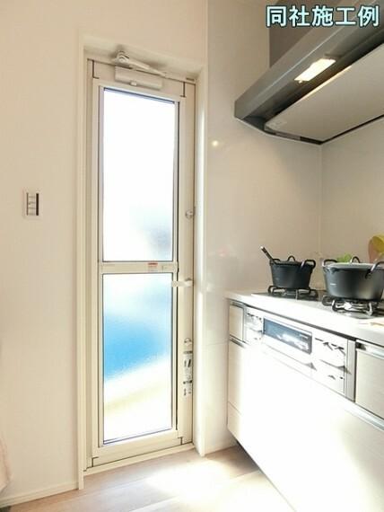 キッチン ゴミの一時保管場所への出入りも可能なあると嬉しい勝手口付き!