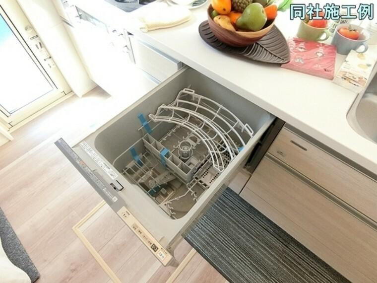 キッチン 家事の負担軽減・節水にもなる食器洗い乾燥機があります。生活感を感じさせないおしゃれな生活を