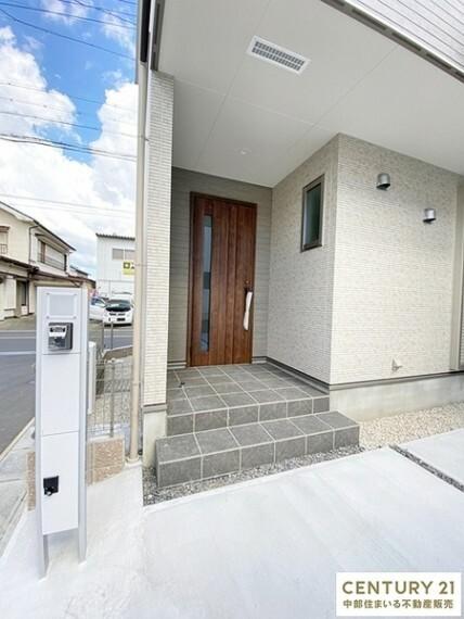 玄関 玄関にはインターホンとポストが一体化したオシャレでスマートな門柱が設置。