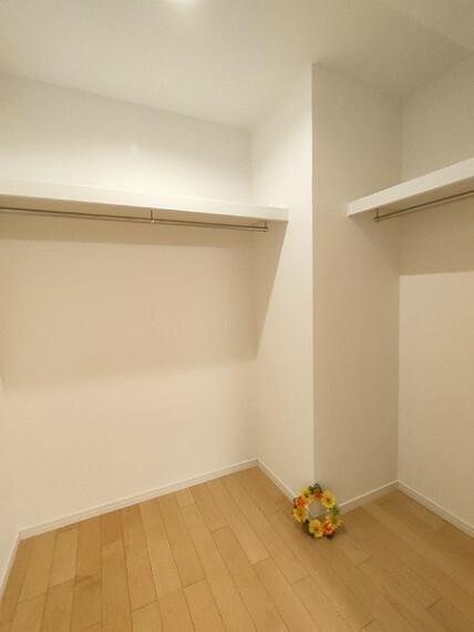 収納 5.8帖洋室のウォークインクローゼット。 季節ごとの入替不要の頼もしい収納力。 広いお部屋を広いまま使えます。