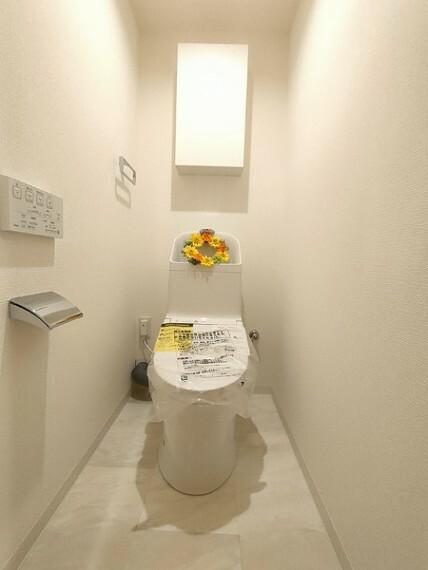 トイレ 白を基調とした清潔感のあるデザイントイレ。