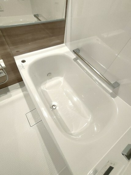 浴室 フラットタイプのバスタブは足を伸ばしてくつろげます。