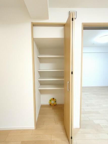 収納 リビングの収納スペース。 日用品もすっきり収納できます。