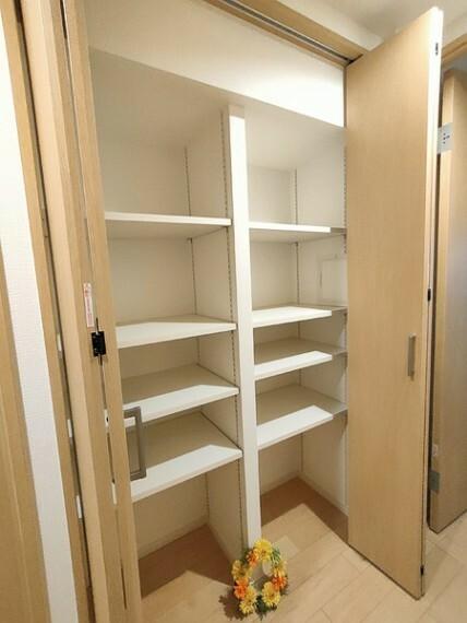 収納 廊下の収納スペース。 ご家族の思い出やお子様の作品もすっきり収納できます。