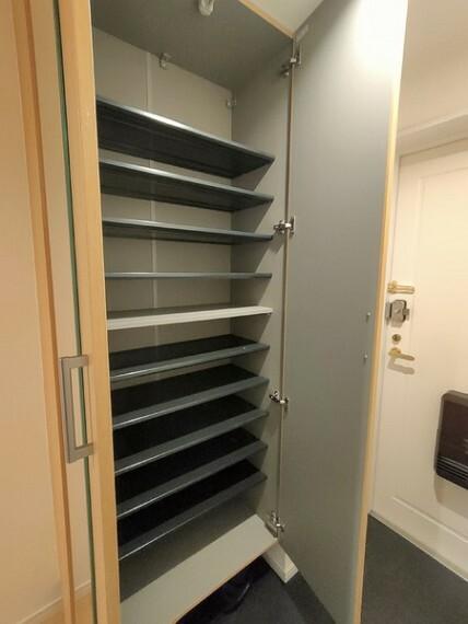 玄関 玄関がいつも片づくシューズボックス! 家族全員の履物がたっぷり収納できます。