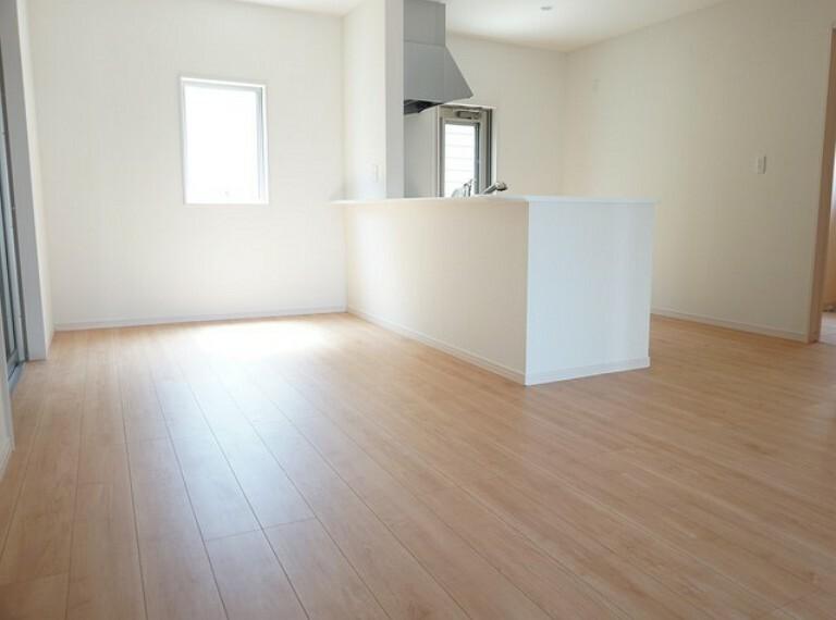 居間・リビング 同仕様写真。隣接の和室と一体利用すれば20.5帖の大空間に^^思い思いの時間を過ごしたり、家族みんなで食事をしたり、素敵な団らんの場になりますね。