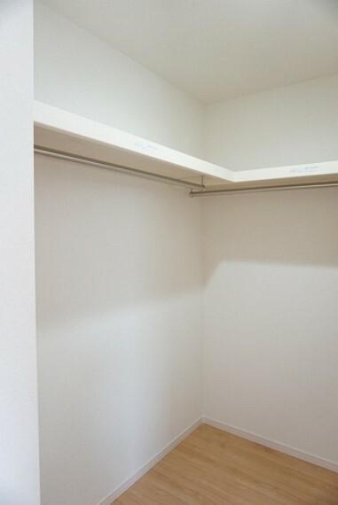 収納 同仕様写真。収納力豊富なウォークインクローゼット付き。洋服や小物などを1箇所にまとめて美しい収納を実現します。