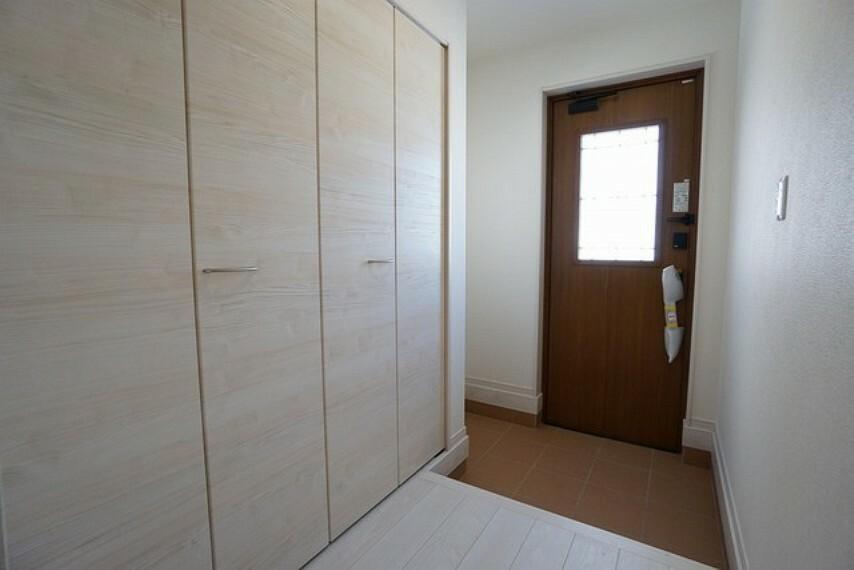 玄関 同仕様写真。採光も考えられた明るい玄関は、大型シューズクローゼット完備でスッキリ整頓できます。