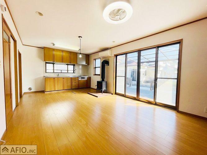 居間・リビング 大きな窓が印象的なリビングは、いつも明るい空気にしてくれますね。