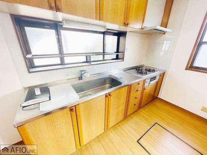 キッチン 吊戸棚付きのキッチンは調理器具もしっかり収納できます