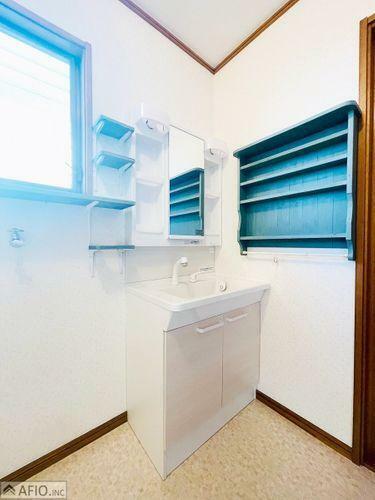 洗面化粧台 洗面室に小窓があり、カビ予防にも。大きな鏡で見やすい洗面化粧台です