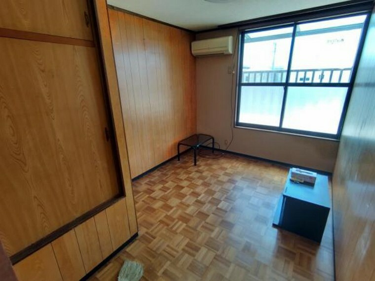 【リフォーム前】二階の洋室になります。フロアの重ね張り、壁天井のクロスの貼り替えを行います。
