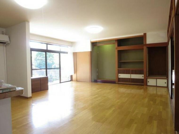 居間・リビング 24帖のリビングです。隣の和室と続き間になっていますので建具を開けると更に広く使えます。ことらの部屋には平成28年新設のエアコンがあります。