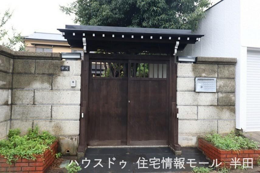 共用部・設備施設 屋根付きの門が出迎えてくれる和風住宅