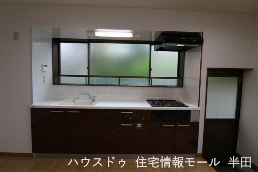キッチン リビング・ダイニングのスペースを広く活用できる、壁付けキッチン