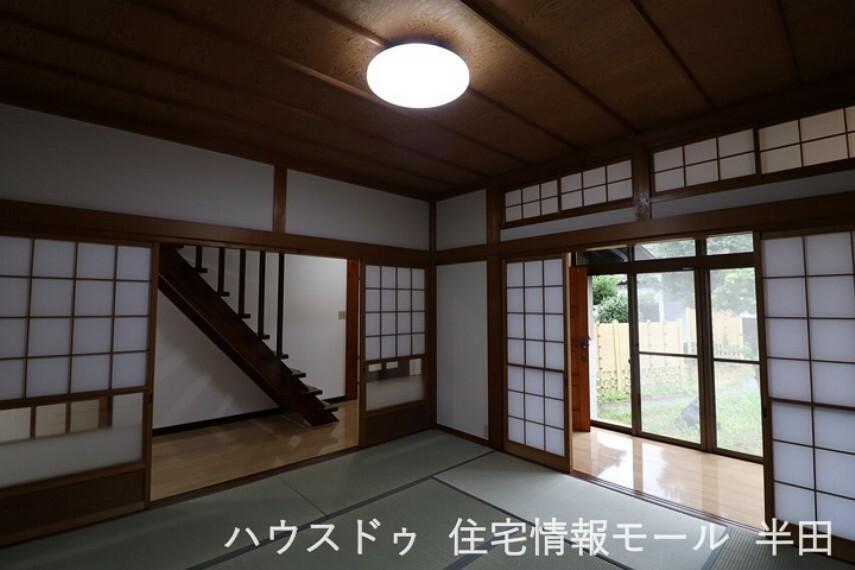 和室 玄関からすぐ、開放的な南向き和室は客間にお勧めです。