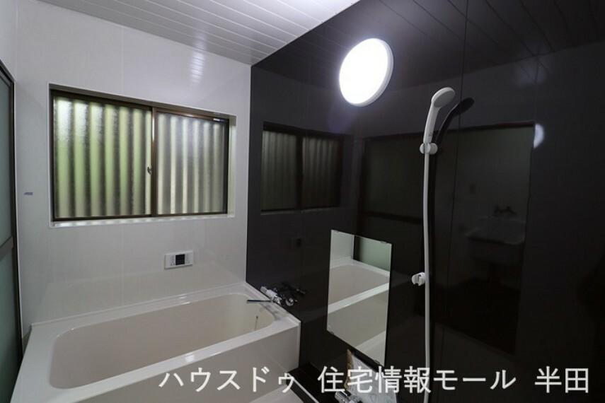 浴室 モノトーンの浴室はゆとりのスペース